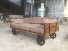 Sofa Mewah Industrial Kaki Roda