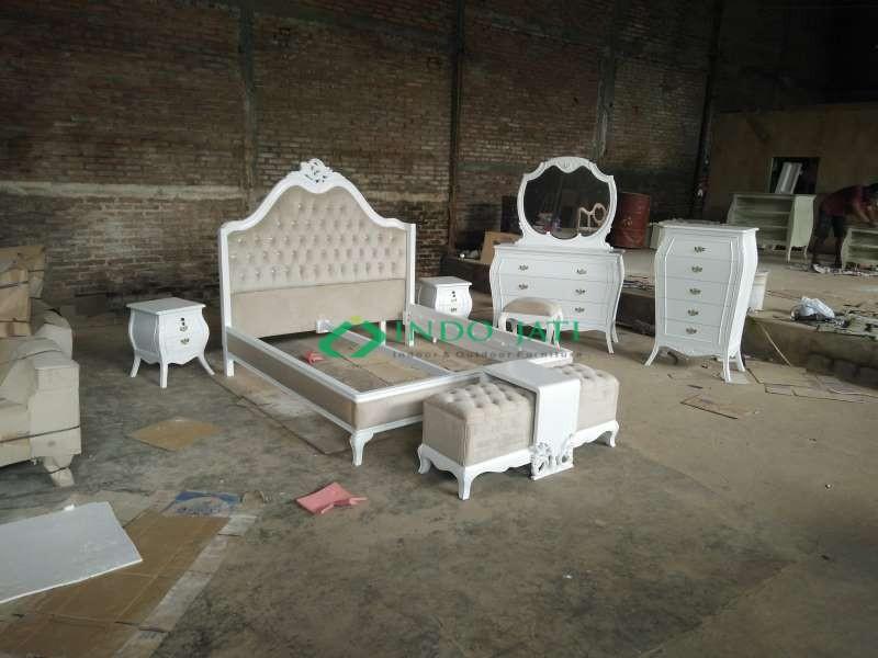 Set Kamar Klasik Putih
