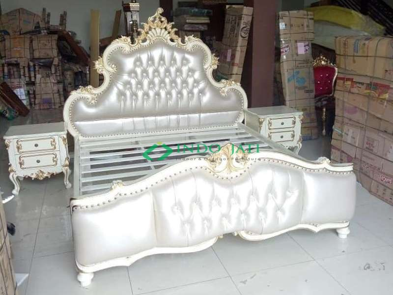 Tempat Tidur Klasik Putih